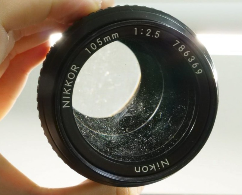 ニコン Nikon NIKKOR 105mm F2.5 Ai 前玉 ゴミ汚れ付着