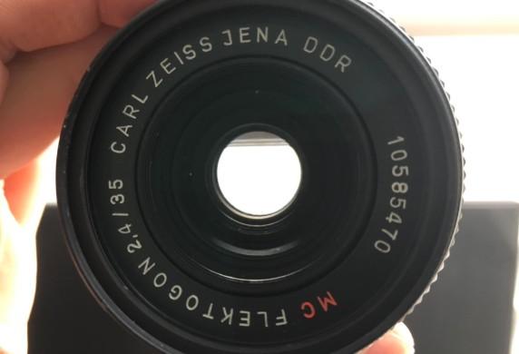 FLEKTOGON フレクトゴン CARL ZEISS JENA DDR MC 35mm F2.4 の絞り羽根が開放のまま